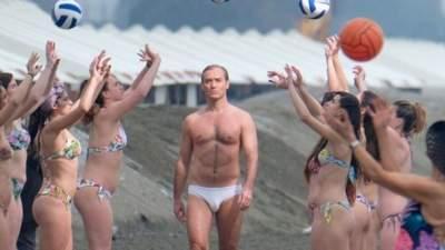 Джуда Лоу «засекли» полуобнаженным на пляже Венеции