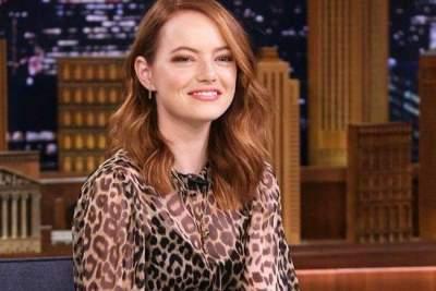 Эмма Стоун покрасовалась в леопардовой блузке и кожаной «мини»