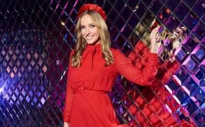 Катя Осадчая показала стройные ноги в мини-платье