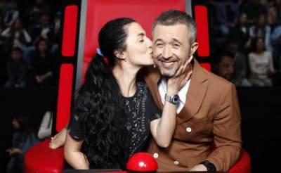 Жена известного украинского певца показала беременный живот