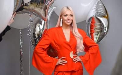 Оля Полякова похвасталась фигурой в пикантном платье