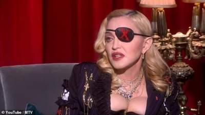 Мадонна прогулялась в корсете, практически обнажавшем грудь