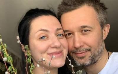 Украинский музыкант показал беременную жену