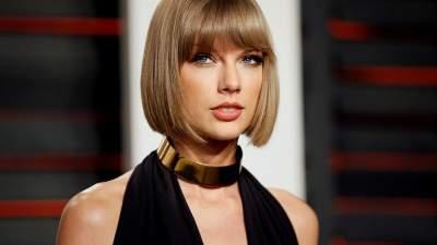 Тейлор Свифт появилась на публике в нелепом платье