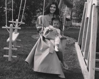 Кайли Дженнер показала трогательные фото с годовалой дочкой